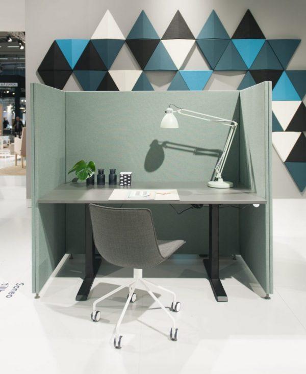 Soneo Golv placerad runt skrivbord för bättre ljudmiljö vid arbetsplatsen