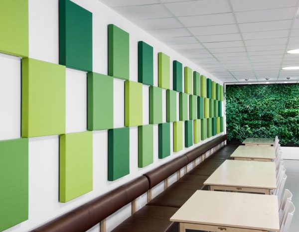 Installation av gröna ljudabsorberande akustikpaneler