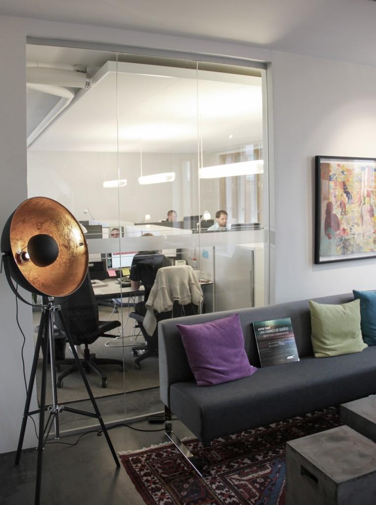 Tjockt akustiktak dämpar ljud i mindre kontorsyta