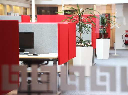 Röda Dezibel bordsskärmar i kontor