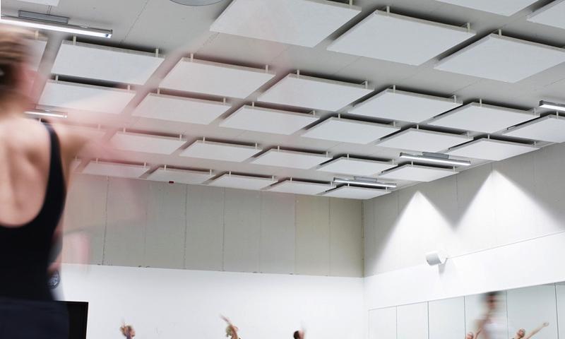Bygelabsorbent vit monterade med distans i en balettsal