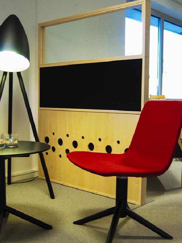 Dotz skärmväggar skapar en hörna i det öppna kontoret