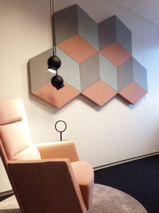 Dekoration av ljuddämpande akustikpaneler på vägg