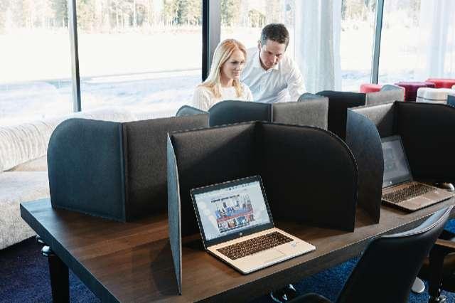 FoldIT Basic - Vikbar och flyttbar bordsskärm i aktivitetsbaserat kontor.