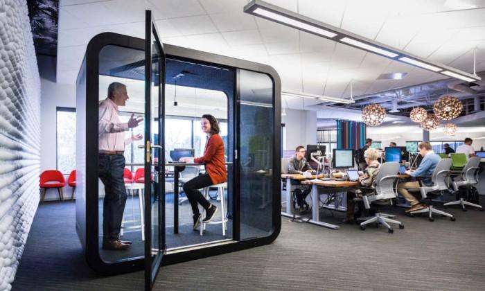 Framery mötesrum i ett kontorslandskap