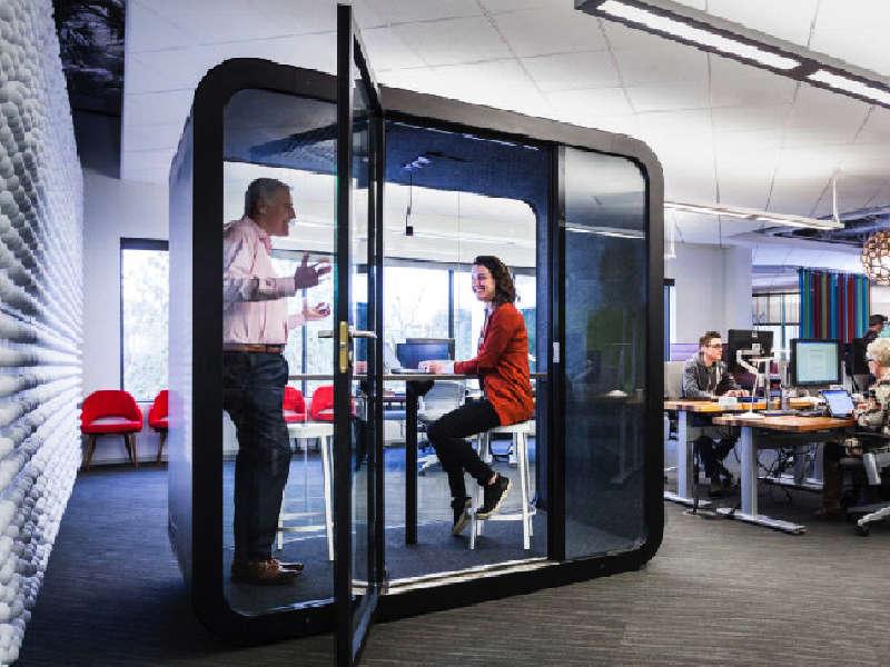 Framery mötesrum skapar möjlighet till privata samtal i öppna kontorslandskap