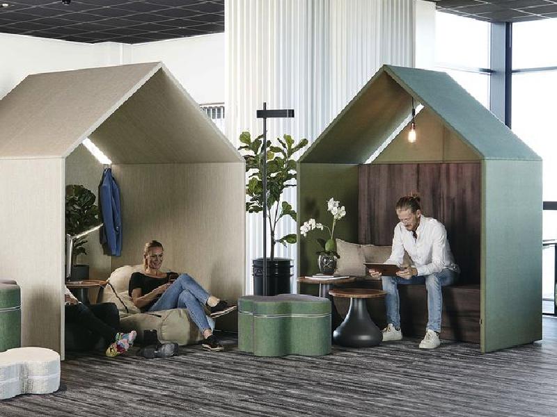 En rogivande lounge i kontor - med The Hut och tillhörande inredning. Ljuddämpande rum och telefonhytt.