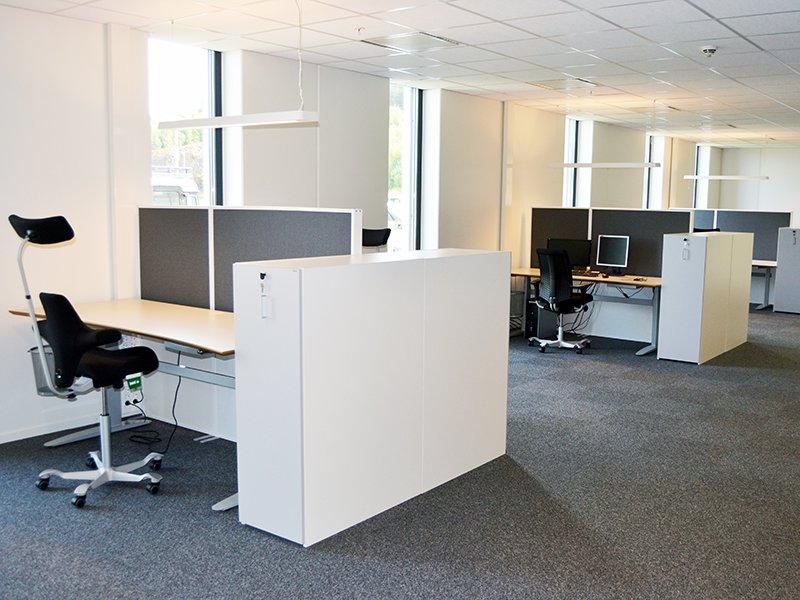 Golvskärmar med ljuddämpande egenskaper för bra ljudkvalitet runt arbetsplatser