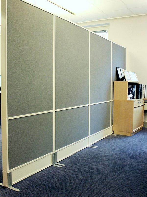 Skärmvägg i vitt och grått skapar bra ljudklimat kring arbetsplatsen