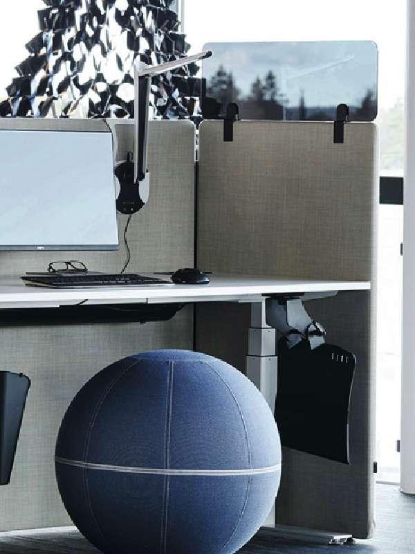 Götessons ScreenIT ljuddämpande kontorsskärmar runt skrivbord med PlexiTOP som tillbehör.