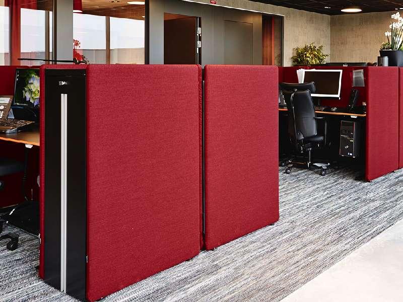 Götessons Tower Booth dämpar ljud vid en kontorsarbetsplats. Röd kulör.