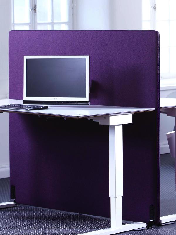 ScreenIT A30 skärmvägg vid arbetsplats i kontor. Cerise och lila kulör. Tillverkare: Götessons.