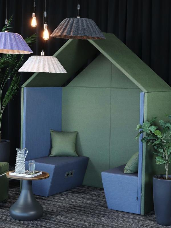 Lugn lounge för samtal i kontor. Här ljudabsorberande Half a Hut inredd med den ljudabsorberande soffan The Hut Sofa.