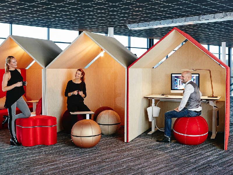 Fokusyta och tyst yta i aktivitetsbaserad arbetsplats. Här med Götessons The Hut ljuddämpande hytter.