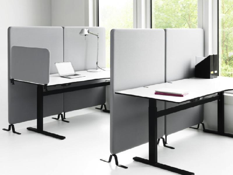 Skärmväggarna kan och ställas runt arbetsplatserna - Abstracta Softline
