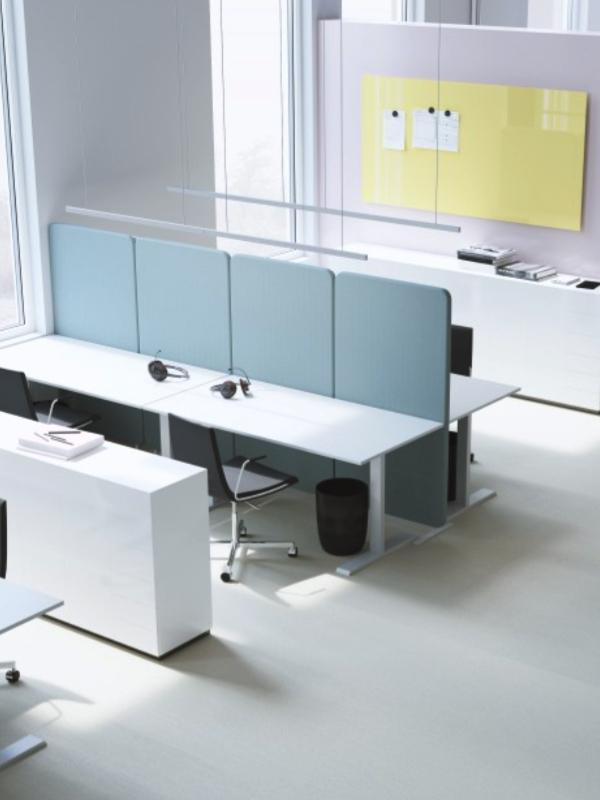 Softline kontorsskärmar mellan arbetsplatser i kontorslandskap