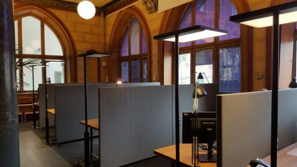 Stilrena skärmväggar i grått installerade på kontor