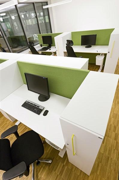 Soneo golvskärm på kontor i grönt