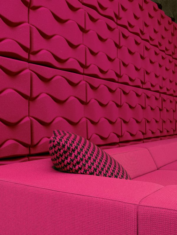 Snygg installation av ljudabsorbenter på vägg över soffa av Soundwave Flo