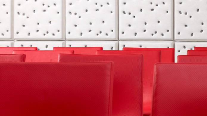 Produktinstallation på vägg i konferenssal