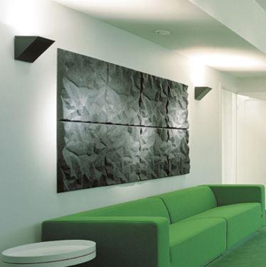 Soundwave Scrunch Akustikpanel placerade ovanför en soffa i en lobby