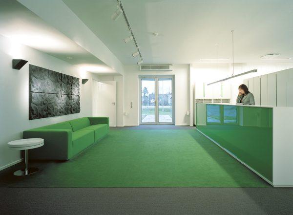 Ljudabsorbenter i serien Soundwave Scrunch placerade på vägg i en reception