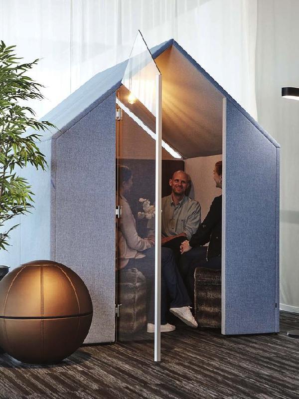 """Samtal pågår inne i det rogivande rummet """"The Hut"""". Kan även fungera som telefonhytt på kontoret beroende på krav på hörbarhet."""