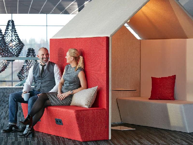 """Flexibelt mötesrum och telefonhytt """"The Hut"""" i kontor"""
