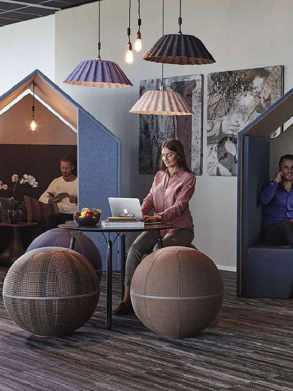 """Fokusyta / tyst yta i aktivitetsbaserat kontor / arbetsplats. Här med ljudabsorberande och rogivande rum: """"The Hut"""" från Götessons."""